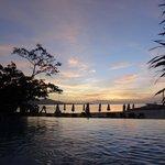 la piscina sulla spiaggia dopo il tramonto