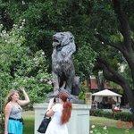 Памятник Льву и львице