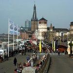 Aan de overkant van de Rhein ligt de Altstadt van Düsseldorf