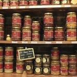 棚にはお土産用の料理の缶詰がおかれています
