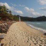 Strandbereich mit Hotelliegen