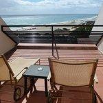Schöner Balkon mit Liegestühlen