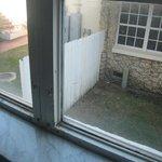 pas moyen d'ouvrir la fenêtre qui en plus n'est pas propre(les joints)