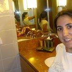 el baño es super completo, grande y espacioso, lleno de productos de belleza