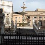lo stelo nella fontana che culmina con la figura di Bacco