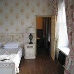 Chambre très lumineuse, grande, avec un lit très large et confortable