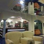 Gioco di specchi e ampiezze nella grande sala relax in zona bar