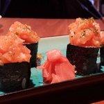sushi con tartar de salmón