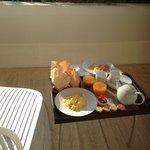 Petit déjeuner en chambre sur la terrasse.