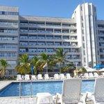 piscina e prédio do hotel