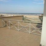 Grande balcone con vista sulla spiaggia.