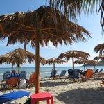 Платный пляж с лежаками