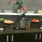 Excellent juice bar for breakfast - highlight of the hotel