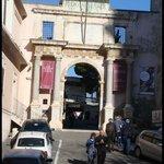 Portal de entrada para o Museu Arqueológico.