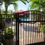 Zugang zum Pool und großen Parkplatz