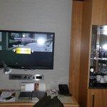Television, cafetera y minibar