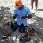 Raphy un vendeur sur la plage qui fesait de beaux bracelets