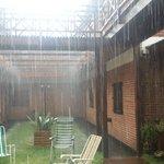 nos toco un dia de lluvia. vista parcial del parque del hotel