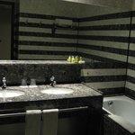 Banheiro amplo, bonito e muito limpo.