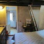 stanza grande con letto a soppalco