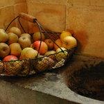 Panier de fruits sur L'évier en pierre XVIIIème