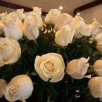 Розы в лобби отеля