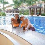 территория отеля бар в бассейне