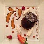 En plus d'une présentation artistique, ce dôme de chocolat au caramel beurre salé et orange fut