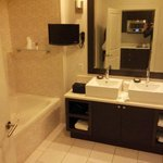 Salle de bain (baignoire et douche) avec tele