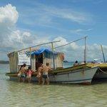 Barco que vende bebidas e petiscos nas piscinas naturais.
