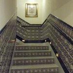 Лестница на этаж (работает лифт).