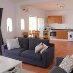 Appartement St.Tropez, de keuken vanuit de woonkamer.