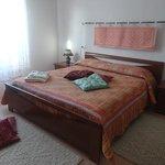 camera arancio classica e comfortevole