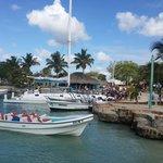 Dos minutos caminando desde el hotel para tomar los botes para ir a Isla Saona