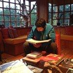living en el lodge donde tienen muchos libros sobre tortel y carretera austral