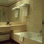 Baño e habitación doble estándar.