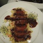 Marinierte Ente gefüllt mit Pilzen mit chinesischer Hoisin-Sauce auf Couscous-Gemüse