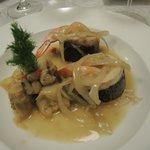 Mit See-Barsch umhüllte Riesen-Garnelen an Armangnac-Sauce und Fenchel Zwiebel