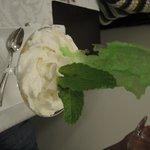 Maracuja-Creme mit weisser Schokoladen-Mousse und Vanille-Sauce