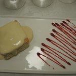 Dessert - Biskuit getränkt mit dreierlei Milchsorten auf einer Maracuja-Creme
