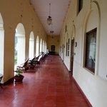 passage sous arcades pour accéder aux chambres