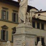 Dante, en la entrada de Santa Croce