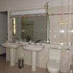 Manoir des Forges: salle de bain de La Suze