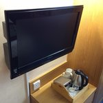 Flatscreen TV and tea & coffee facilities in room 2102