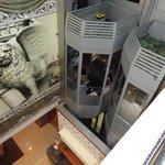 Hall central com elevador panorâmico