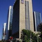 El hotel visto desde Av. Apoquindo y Rosario Norte