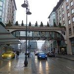 Las dos alas del hotel conectadas por un puente peatonal