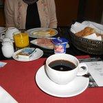 Café da manhã servido à mesa
