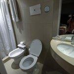 Salle de bains minuscule de la chambre 2