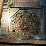отражение потолка беседки будды